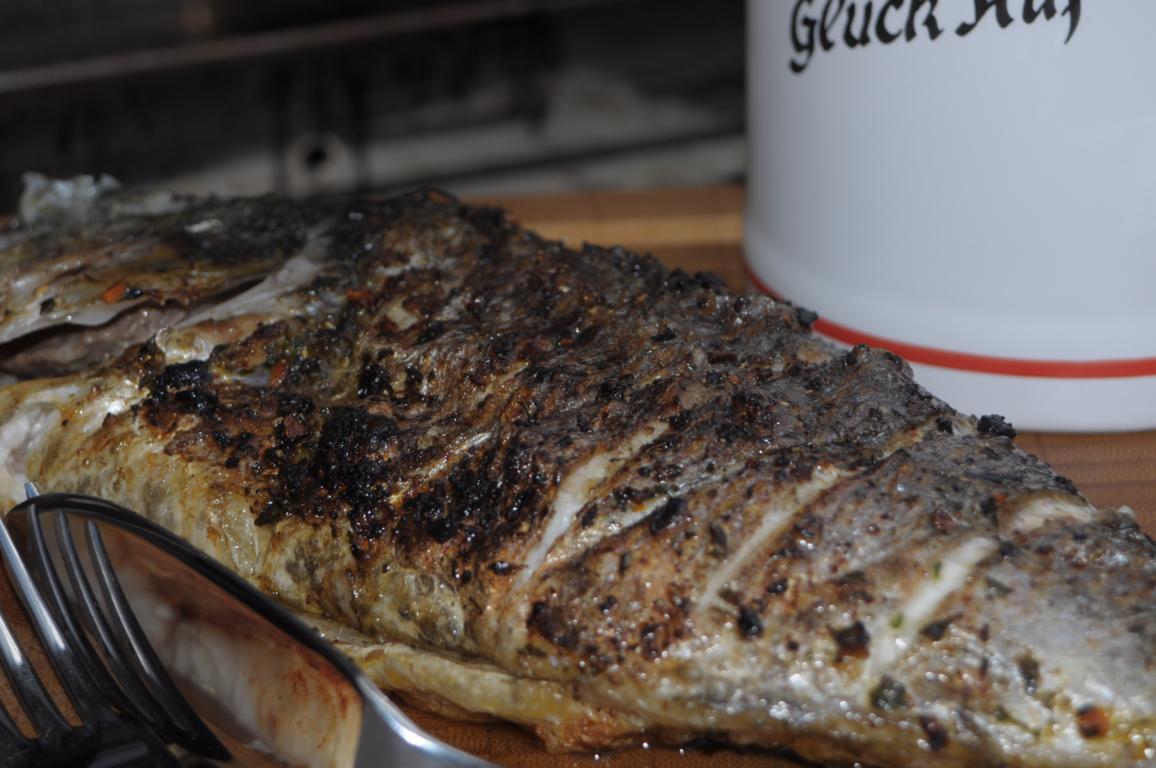 fisch auf holzbrett grillen